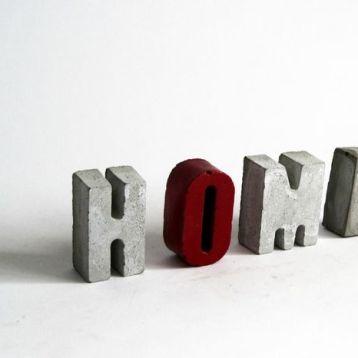 """אותיות HOME מבטון - אדום. גובה: 5 ס""""מ, עומק: 2.2 ס""""מ"""