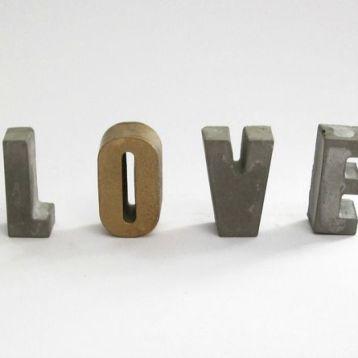 """אותיות LOVE מבטון - זהב. גובה: 5 ס""""מ, עומק: 2.2 ס""""מ"""